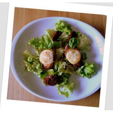 Recette des toasts au confit d'oignons et fromage de chèvre sur lit de salade et vinaigrette grecque